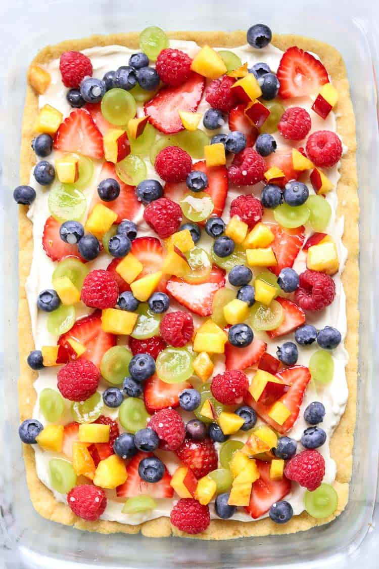 closeup shot of complete fruit pizza in a clear pyrex pan